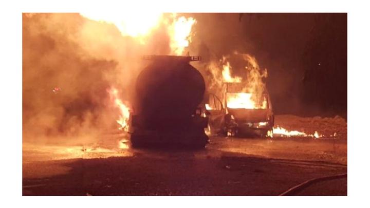 Pamukova'da park halindeki kimyasal madde yüklü tanker ve minibüs yandı: 1 yaralı