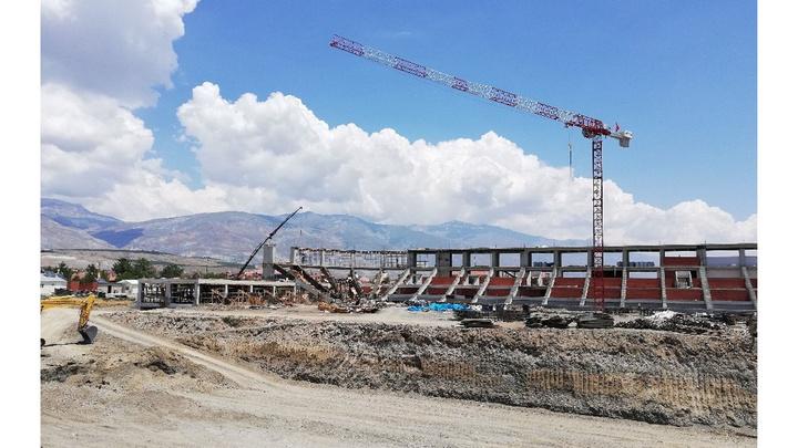 Erzincan'da stadyum inşaatında çalışan işçi 4 metreden yere düşerek ağır yaralandı