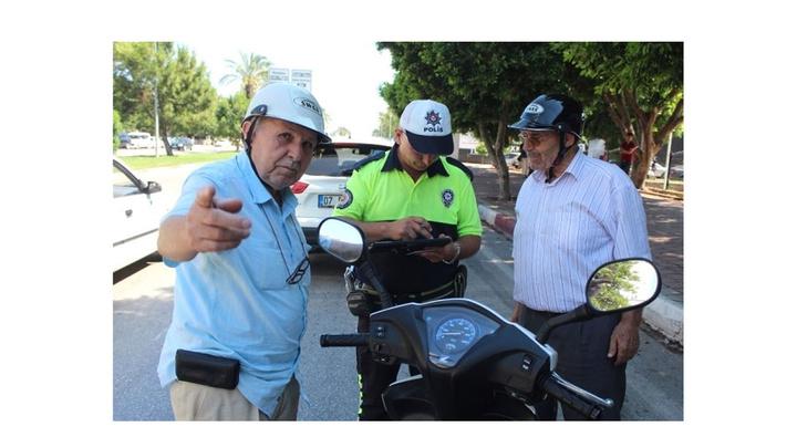 Antalya'da motosikletli dedeler trafik cezasından kurtulamadı