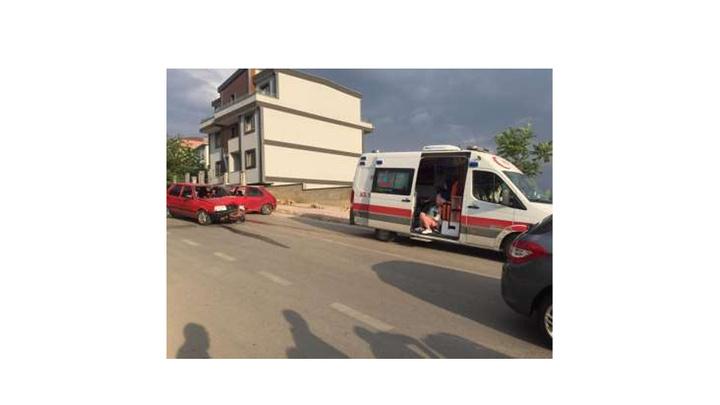 Kocaeli'de iki otomobil kafa kafaya çarpıştı: 4 çocuk yaralı