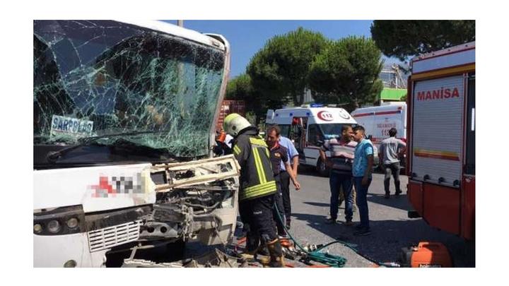 Manisa'da işçi servisinin tırla çarpıştığı kazada 6 kişi yaralandı