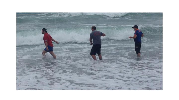 Giresun'da denizde boğulma tehlikesi geçiren iki arkadaştan biri kurtarıldı, biri kayıp