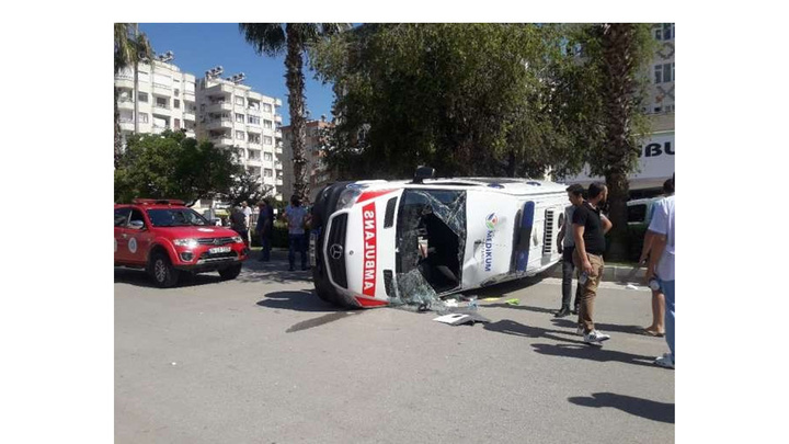 Antalya'da ambulans ile kamyonet çarpıştı: 1 yaralı