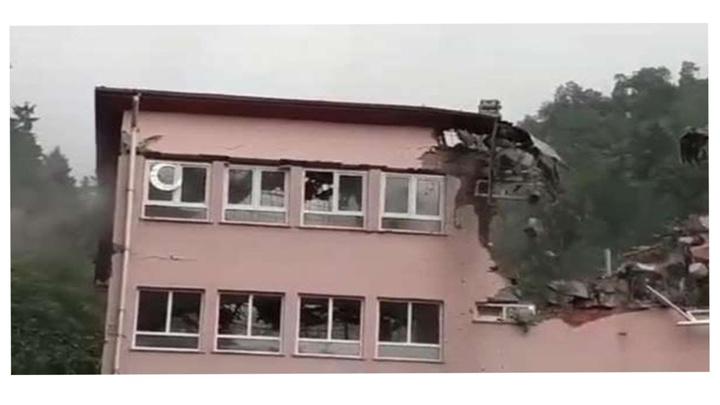 Araklı'daki sel felaketinde hasar gören okul yıkıldı