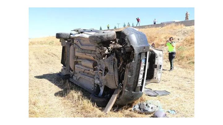 Diyarbakır'da köpeğe çarpmamak için direksiyon kırdı, otomobil devrildi:5 yaralı