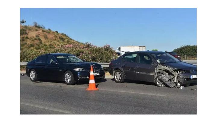 İzmir'de dökülen sebze kasalarını toplamaya çalışan kişiye otomobil çarptı