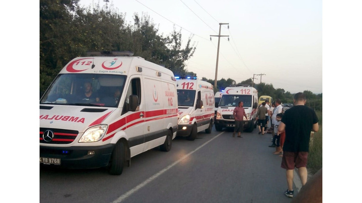 Çatalca'da piknikten dönen işçileri taşıyan minibüs devrildi: 20 yaralı