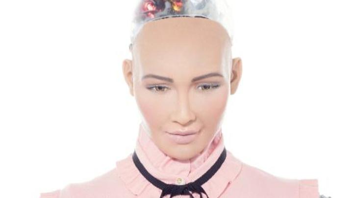 Dünya vatandaşlığı alan ilk insansı robot Sofia Türkiye'ye geldi