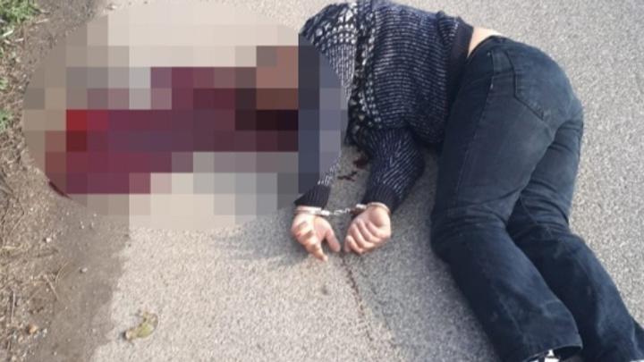 Cezaevine götürülürken araçtan atlayıp kaçan mahkumu polis başından vurdu