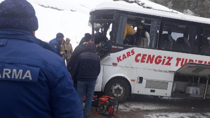 Kars Sarıkamış'ta yolcu midibüsü ile TIR çarpıştı: 20 yaralı